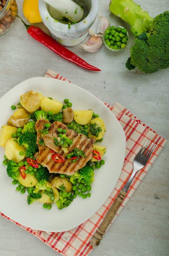 Gezond Varkensvlees Escalope met Super Greens stock foto's