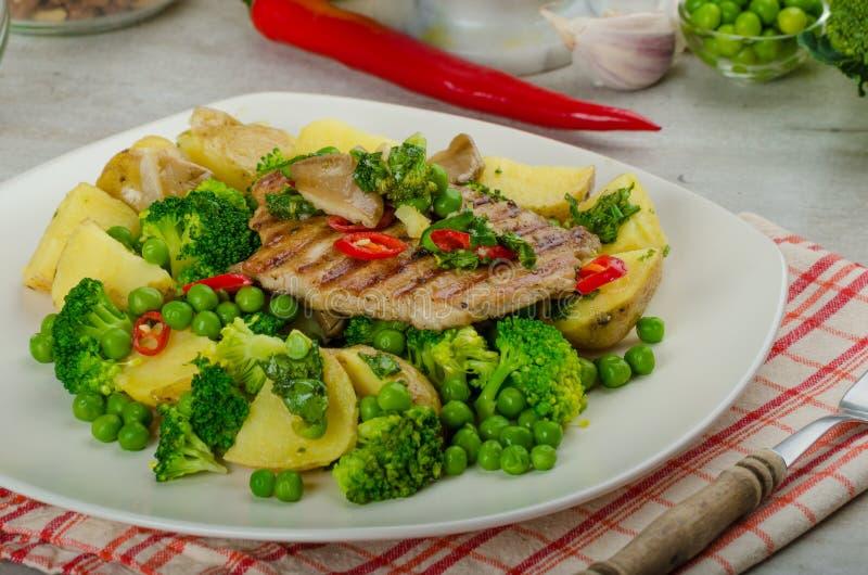 Gezond Varkensvlees Escalope met Super Greens stock afbeeldingen