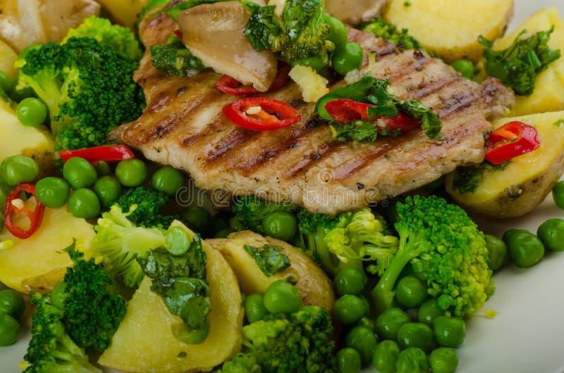 Gezond Varkensvlees Escalope met Super Greens royalty-vrije stock afbeeldingen