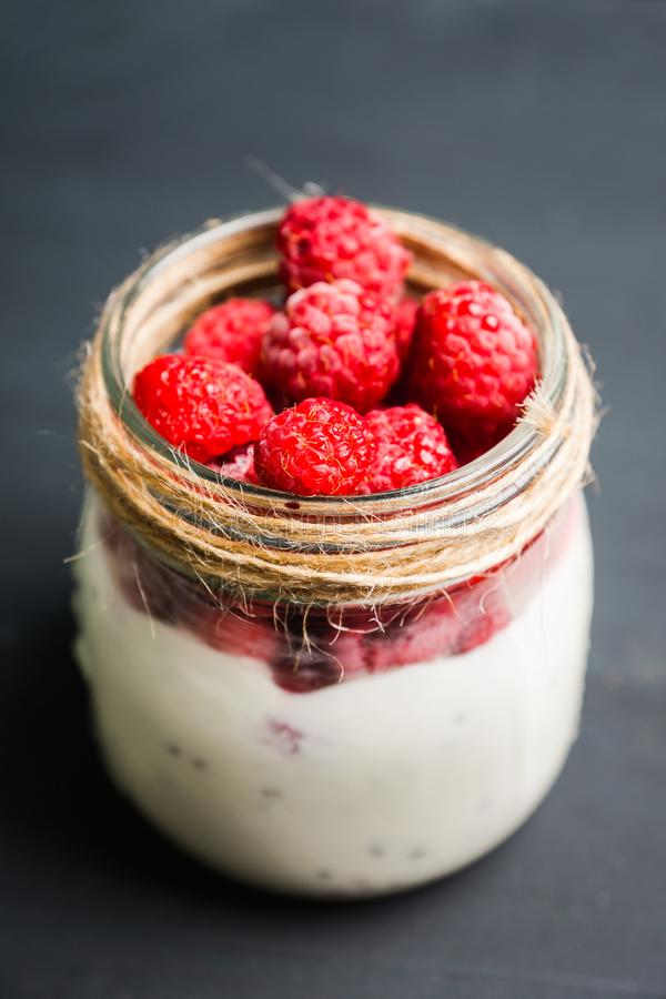 Gezond verfrissingontbijt met yoghurt, bevroren framboos en chiazaden royalty-vrije stock foto's