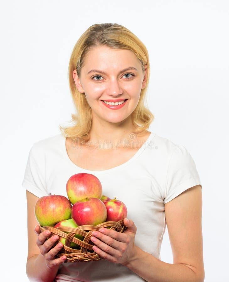Gezond voedingsconcept Weet het vrouwen geschikte en mooie blonde hoe verblijf in vorm en is gezond De mand van de meisjesgreep m royalty-vrije stock afbeelding