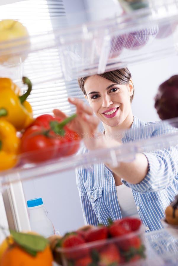 Gezond voedsel in de ijskast stock foto