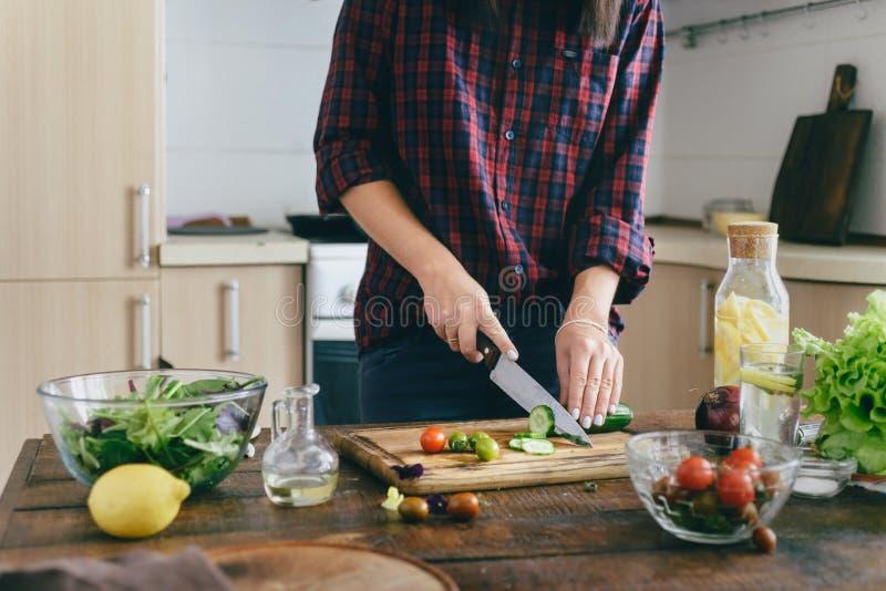 Gezond voedsel De jonge keuken van het de saladehuis van de vrouwen kokende zomer stock foto's