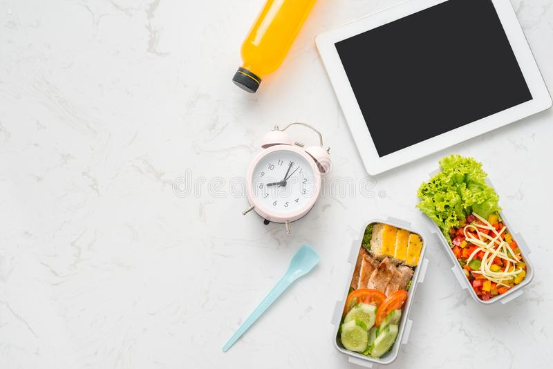 Gezond voedsel De lunchdoos met dieetmaaltijd op vlakke werkplaats, legt van stock afbeelding