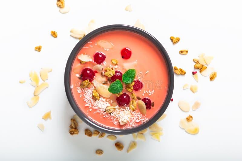 Gezond voedsel door kleur van het leven van 2019 het Ontbijtkom van de koraalyoghurt met binnen kokosnoot, amandel, lijnzaad, Gra stock afbeelding
