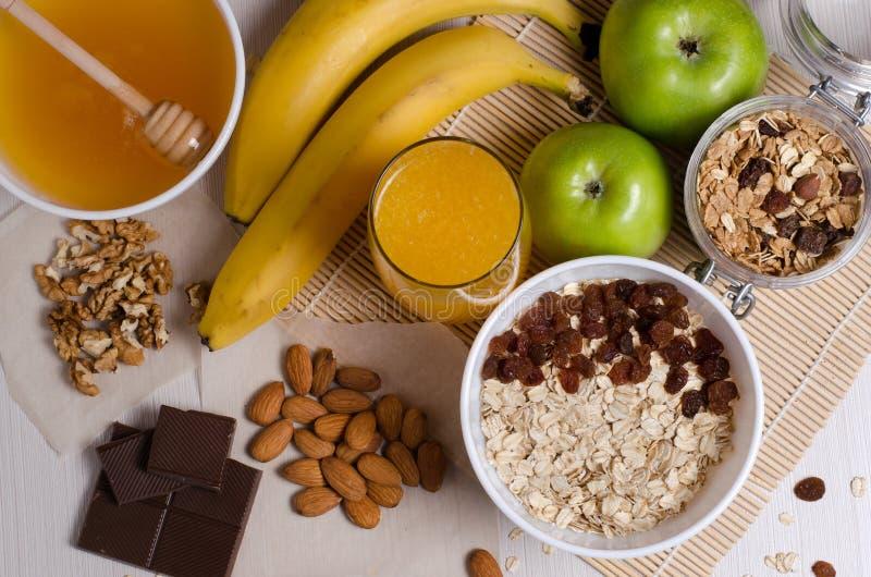 Gezond voedsel Fruit, eigengemaakte granola, noten, chocolade, havermeel stock fotografie