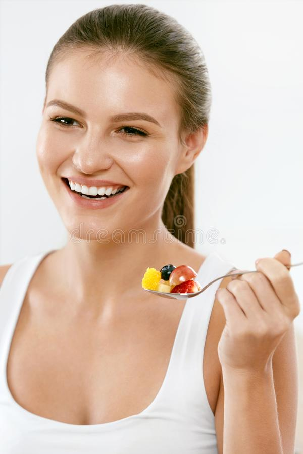 Gezond voedsel Gelukkige Vrouw die Salade met Vruchten eten stock fotografie