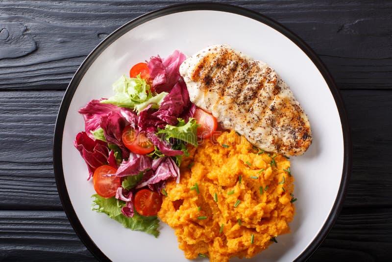 Gezond voedsel: geroosterde kippenfilet met fijngestampt aardappels en Fr royalty-vrije stock foto's
