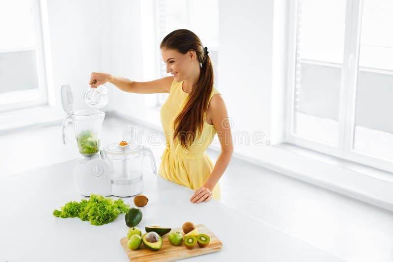 Gezond voedsel Groen sap Vrouw die Smoothie voorbereiden Detoxdieet stock foto's