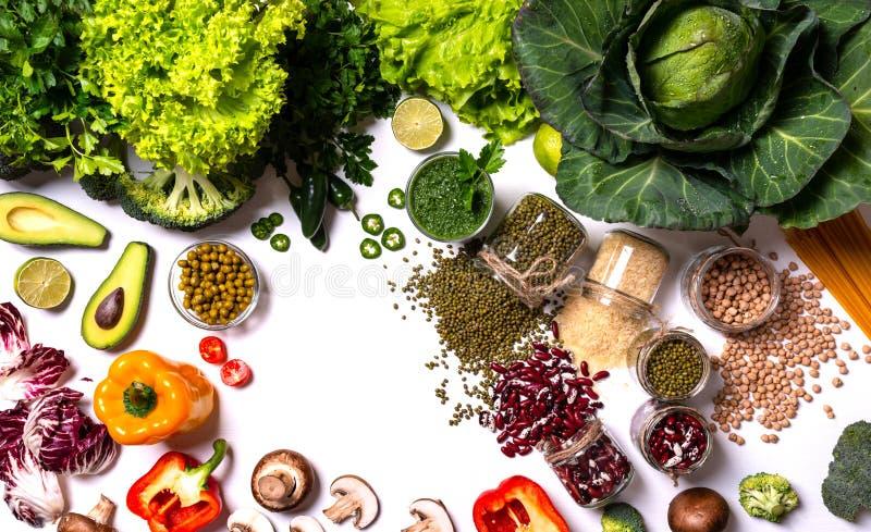 Gezond voedsel Groenten en vruchten op witte achtergrond stock foto