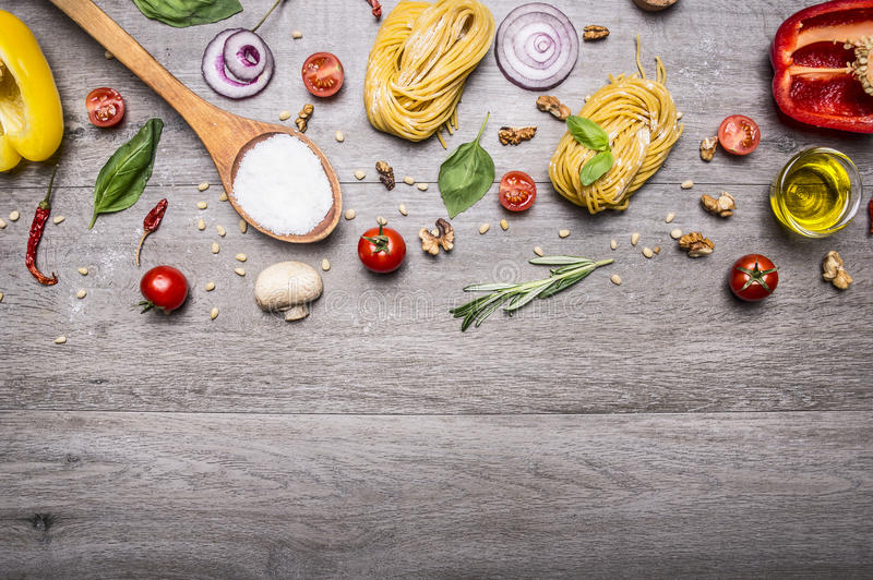 Gezond voedsel, het koken en vegetarische conceptendeegwaren met bloem, groenten, olie en kruiden op houten hoogste mening rustie royalty-vrije stock fotografie