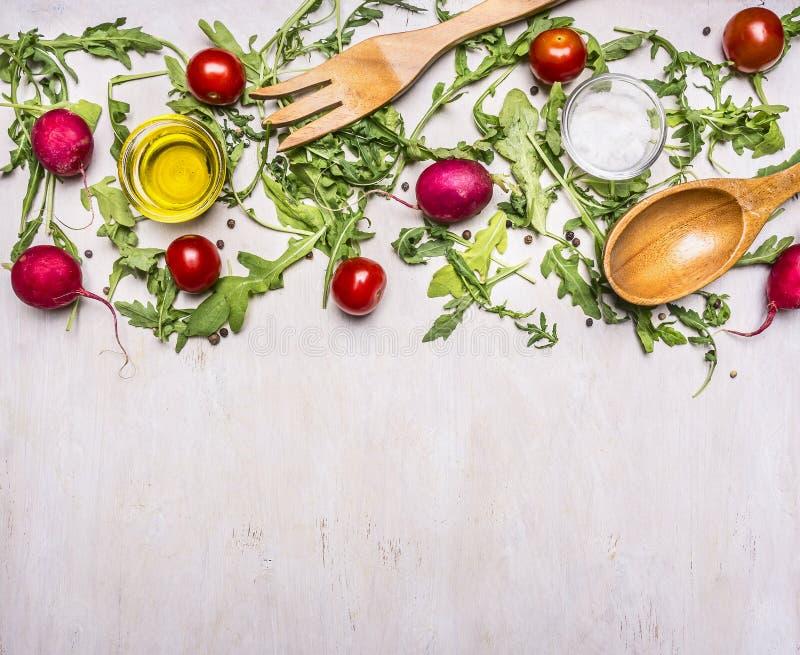 Gezond voedsel, het koken en vegetarische conceptensalade met kersentomaten, radijzen, kruiden houten lepel en vorkgrens, plaats royalty-vrije stock afbeeldingen