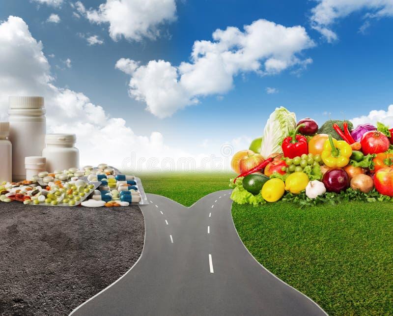 Gezond voedsel of medische pillen royalty-vrije stock afbeeldingen
