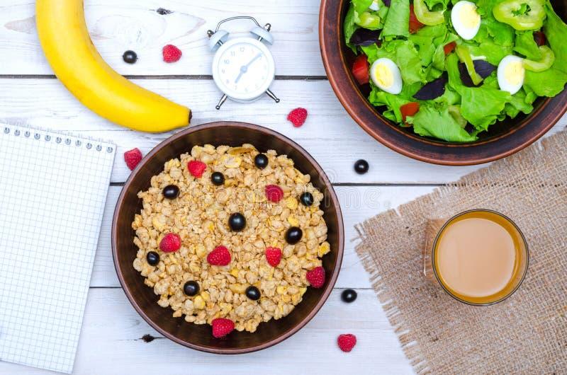 Gezond voedsel: muesli, sla en vers sap op een houten lijst royalty-vrije stock afbeeldingen