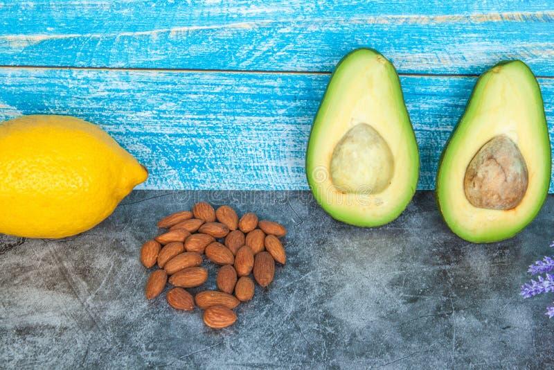 Gezond voedsel op grijze achtergrond, close-up stock afbeeldingen