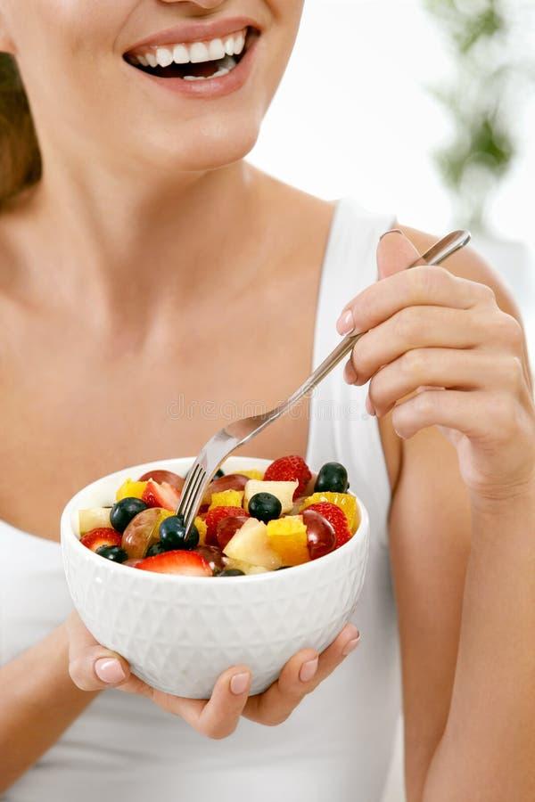 Gezond voedsel Salade met Vruchten in Vrouwenhanden royalty-vrije stock fotografie