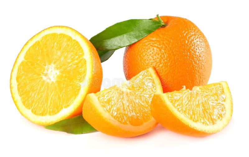 Gezond voedsel Sinaasappel met groen blad dat op witte achtergrond wordt geïsoleerd stock afbeelding