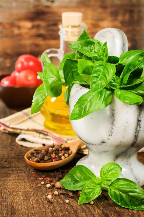 Gezond voedsel: vers basilicum in een steenmortier stock fotografie