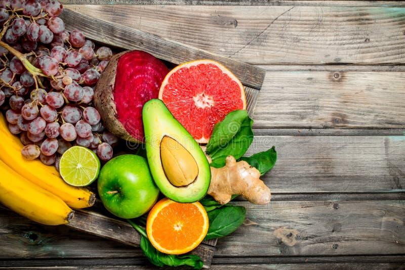 Gezond voedsel Verse organische vruchten en groenten in een oude doos royalty-vrije stock afbeelding