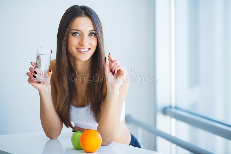 Gezond voedsel Vrouw het Drinken het Water van Citroendetox Het gezonde Eten royalty-vrije stock afbeelding