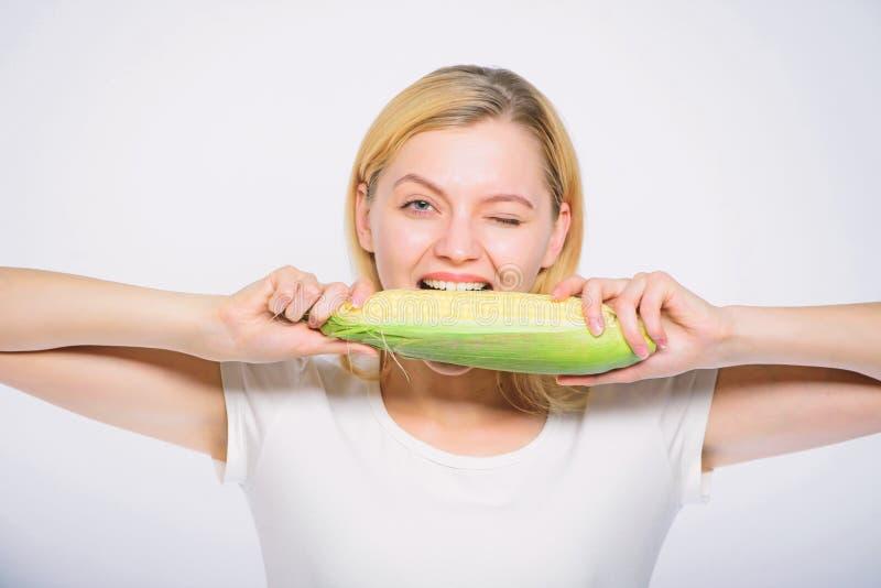 Gezond voedselconcept Gele de ma?skolf witte achtergrond van de vrouwengreep Van de het Meisjesgreep van de graanoogst het rijpe  royalty-vrije stock afbeeldingen