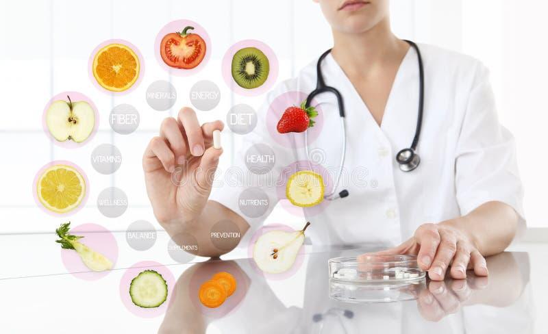 Gezond voedselsupplementenconcept, Hand van voedingsdeskundige arts stock foto