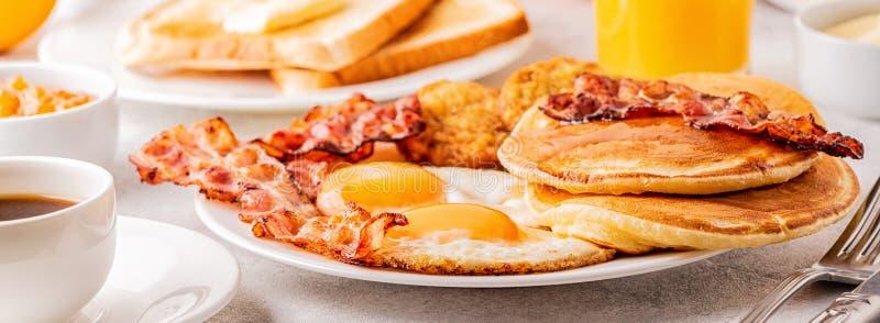 Gezond Volledig Amerikaans Ontbijt met de Pannekoeken en Latkes van het Eierenbacon royalty-vrije stock fotografie