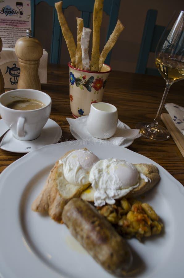 Gezond Volledig Engels Ontbijt - plateer met gestroopte eieren, worsten, bonen stock foto