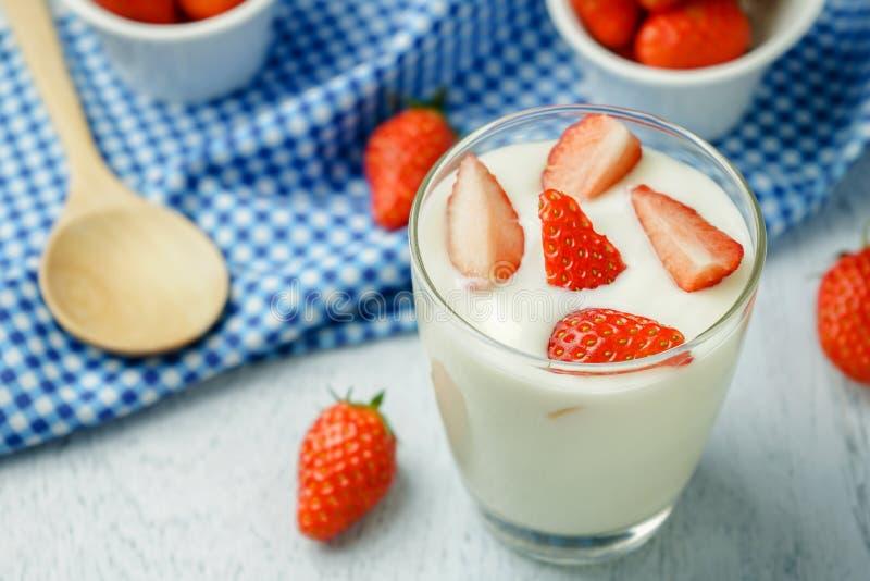 Gezonde aardbeiyoghurt royalty-vrije stock afbeelding