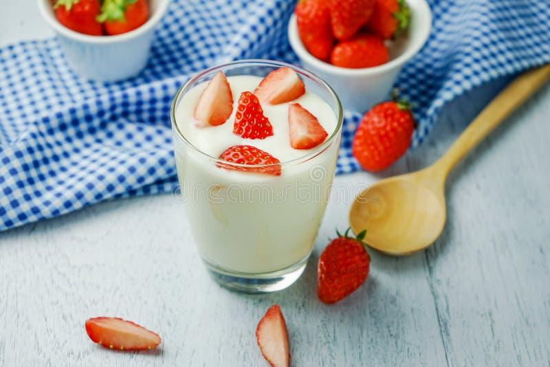 Gezonde aardbeiyoghurt royalty-vrije stock foto
