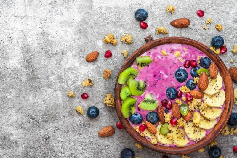 Gezonde acai van het veganistontbijt smoothie werpt met bosbes, vruchten, granola, amandelen, pompoen en chiazaden royalty-vrije stock afbeelding