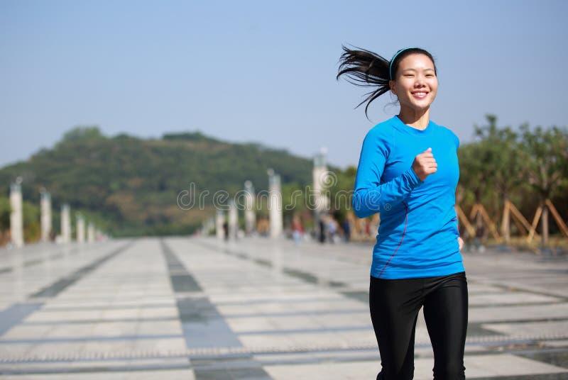 Gezonde Aziatische vrouwenjogging bij stad royalty-vrije stock foto's