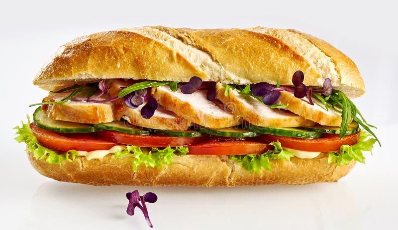 Gezonde baguette van het saladebroodje met gesneden die kippenborst op witte achtergrond wordt geïsoleerd stock afbeeldingen