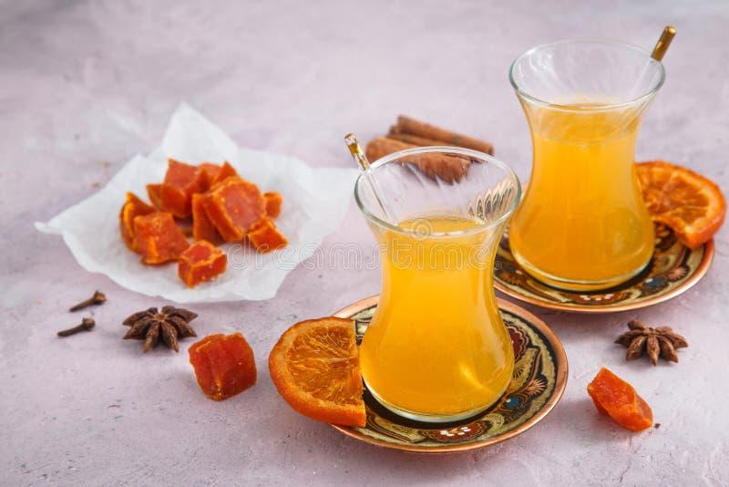 Gezonde bessenthee met honing en vruchten suikergoed stock foto's