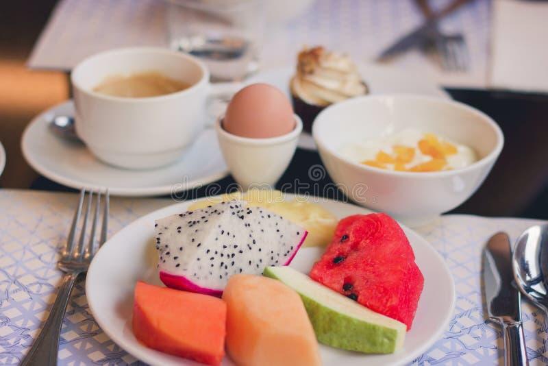 Gezonde breackfast met vruchten ei en koffie stock fotografie