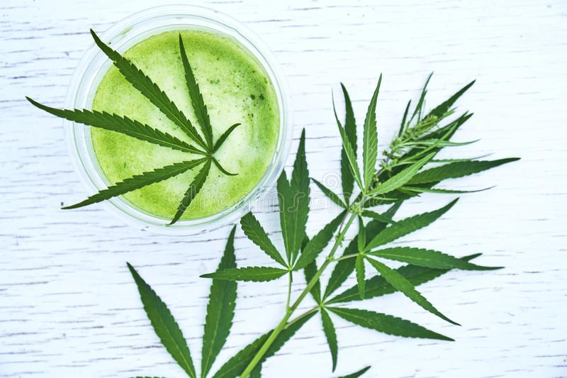 Gezonde cannabis smoothie op houten achtergrond Natuurlijk supplement, detox en het gezonde leven royalty-vrije stock foto