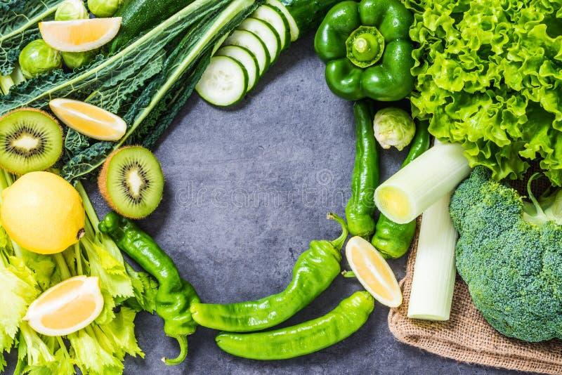 Gezonde de ingrediëntenachtergrond van detox groene groenten stock afbeelding
