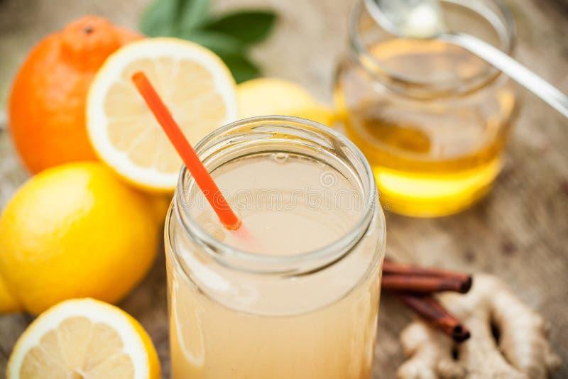 Gezonde die drank van citroen, cinammon, gember en honing wordt gemaakt stock foto