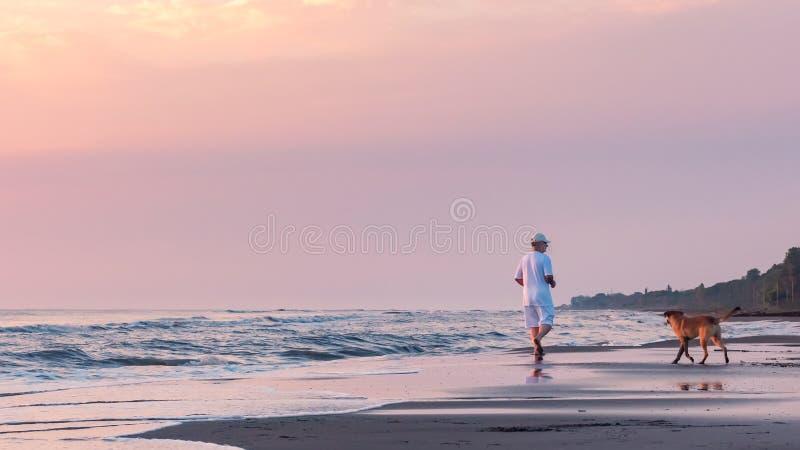 Gezonde die levensstijl, ochtend op het strand in werking wordt gesteld stock fotografie
