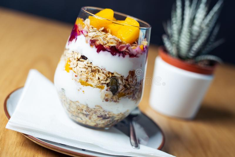 Gezonde die maaltijd van granola, yoghurt en vruchten wordt gemaakt Heerlijk voedsel voor ontbijt stock afbeeldingen
