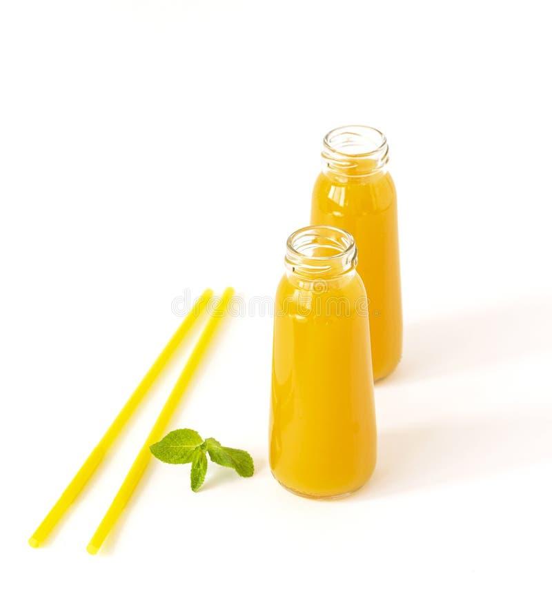 Gezonde die mango smoothie in een glas met munt en stro op wit wordt ge?soleerd Verfrissende en smakelijke smoothies met tropisch royalty-vrije stock foto's