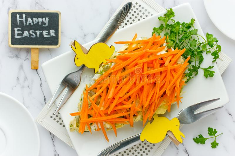 Gezonde die Pasen-voorgerechtsalade met verse wortel en groene peterselie wordt verfraaid royalty-vrije stock afbeeldingen