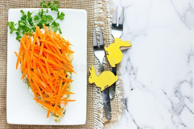 Gezonde die Pasen-voorgerechtsalade met verse wortel en groene peterselie wordt verfraaid stock afbeelding