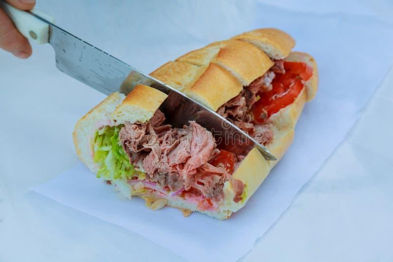 Gezonde die sandwich van een vers gezaaid broodje, besnoeiing wordt gemaakt royalty-vrije stock afbeelding