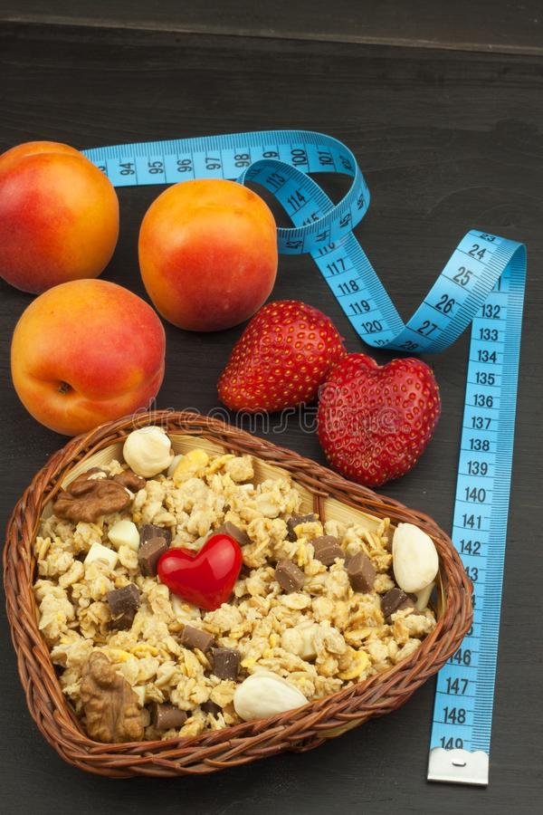 Gezonde dieetsupplementen voor atleten Cheerios voor ontbijt Muesli en fruit Het dieet voor gewichtsverlies Muesli om te eten royalty-vrije stock afbeelding