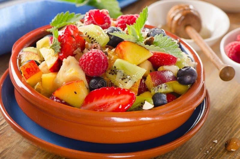 Gezonde eigengemaakte fruitsalade met honing royalty-vrije stock afbeelding