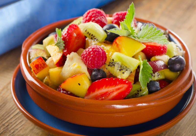 Gezonde eigengemaakte fruitsalade op een houten achtergrond stock foto