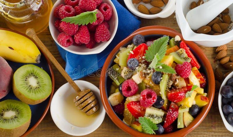 Gezonde eigengemaakte fruitsalade, verse bessen en vruchten op ru stock fotografie