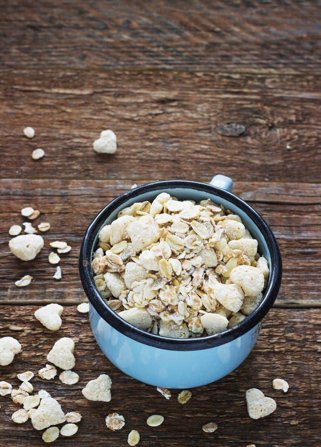 Gezonde eigengemaakte granola of muesli met haver een metaal overvalt royalty-vrije stock afbeelding
