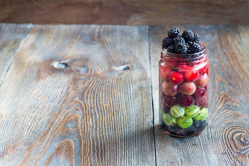Gezonde Eigengemaakte Mason Jar-fruitsalade royalty-vrije stock afbeeldingen